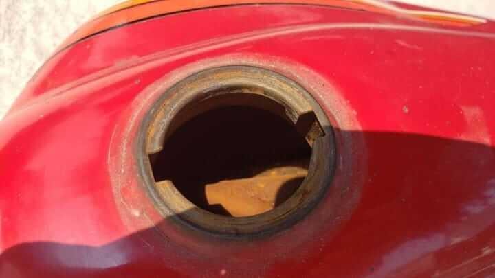 cleaning_rusty_motorcycle_tank_1.jpg?159